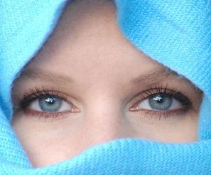 Mata Biru www.Kumpulanpertanyaansulit.blogspot.com